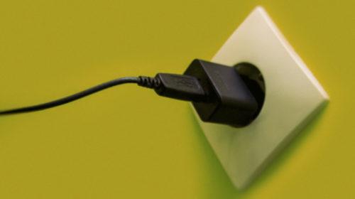 Нужно ли отключать зарядное устройство от розетки?